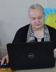 Karen Robinson - Abstract Artist, Story-Teller, Photo-Taker and Blogger at a Group Therapy Session Writing about her art work October 2015.JPG
